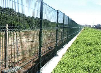 Gradil em aço galvanizado instalado para cercamento de propriedades e projetos para indústrias e construção civil