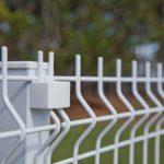 Gradil em aço galvanizado instalado para cercamento de propriedades e projetos da indústria e da construção civil